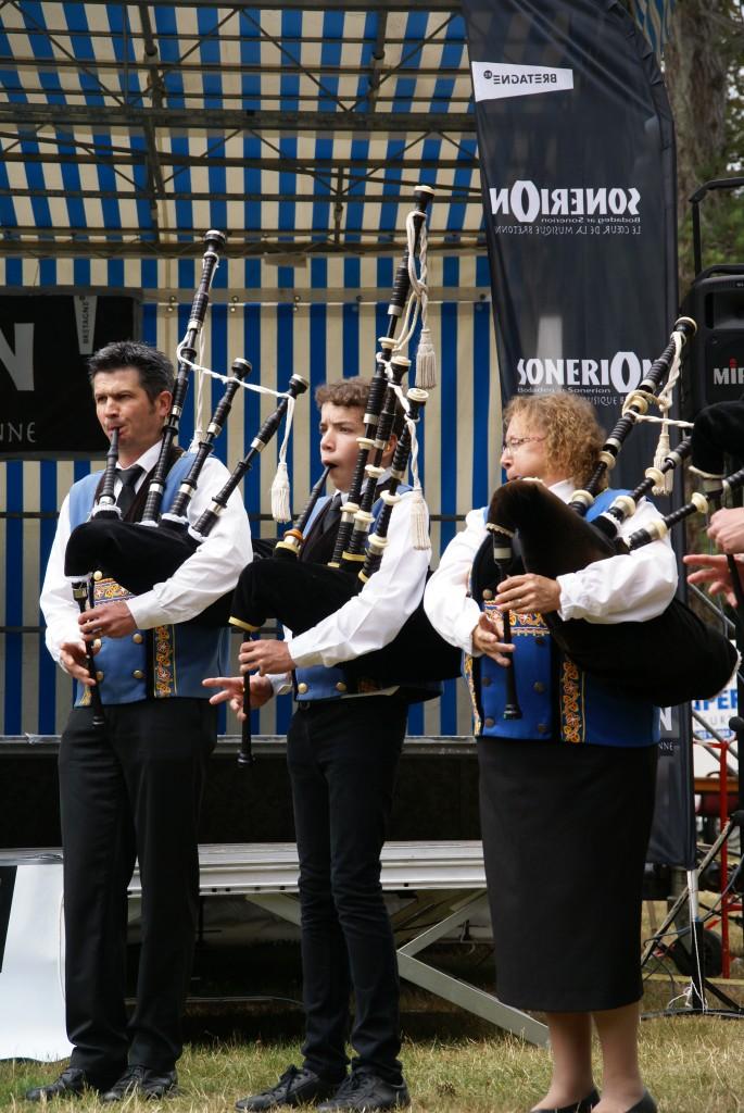 On peut trouver des cornemuses partout en Europe et bien au‐delà … Elles remontent peut‐être à  l'Egypte ancienne. Le pupitre d'un bagad est composé de cornemuses écossaises, dites « grandes  cornemuses », qui possèdent trois bourdons. Il est cependant de plus en plus fréquent que les bagadoù  intègrent dans leurs prestations la cornemuse bretonne dite binioù kozh ou binioù bihan en breton.